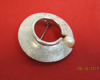 BROOCH SILVER And PEARL In A Circle