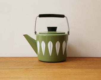 Cathrineholm tea kettle in avocado with white lotus pattern