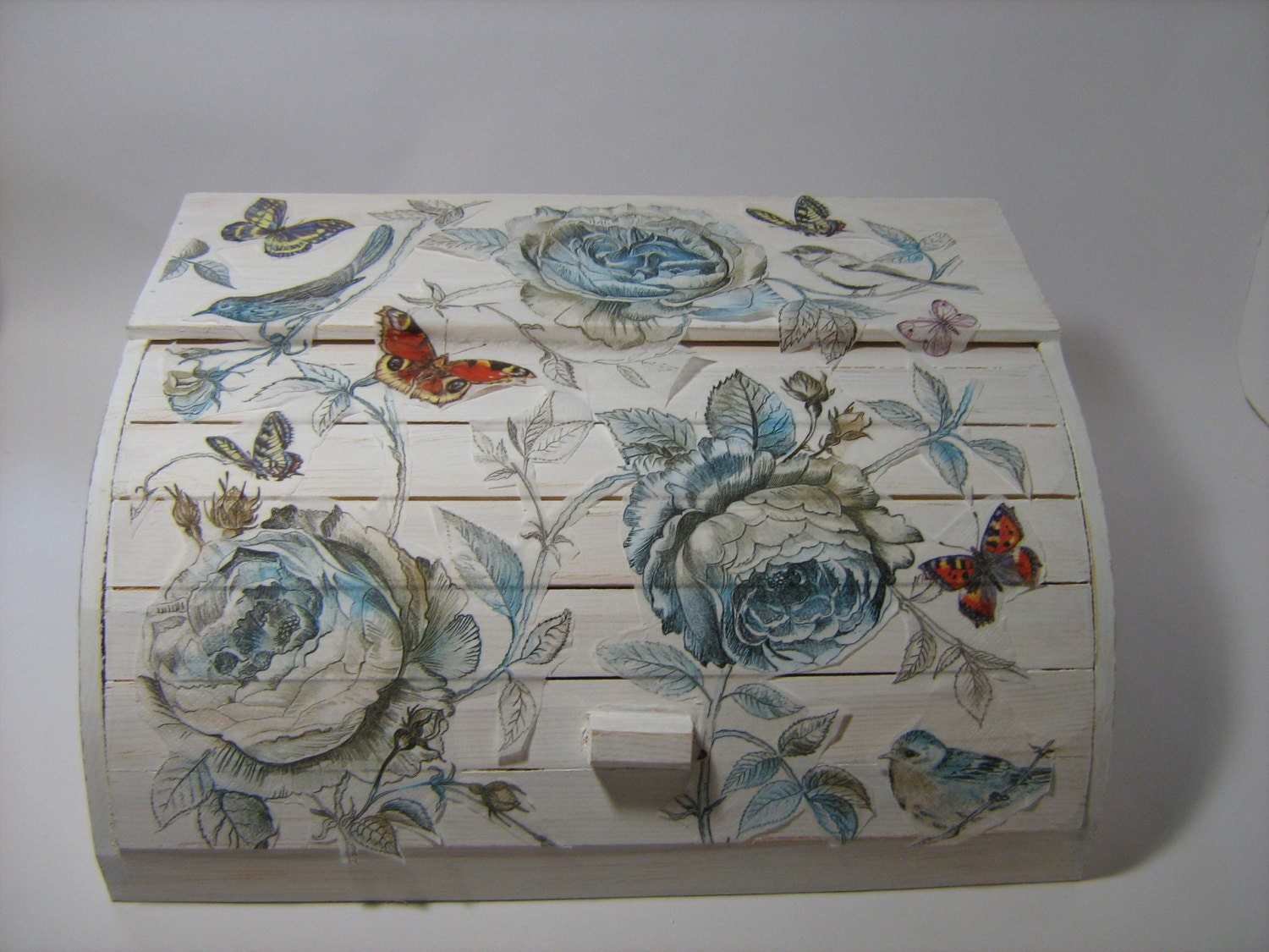 White shabby chic flowers roll top wooden bread box decoupaged for Boite shabby chic