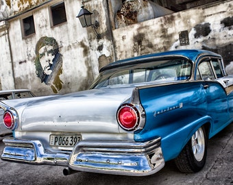 Che and the old car in Havana Cuba