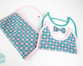 New baby gift : 2 bibs in a pouch (green and pink flowered pattern)