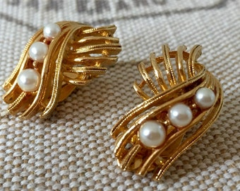 Vintage LISNER Gold Tone Clip On Earrings