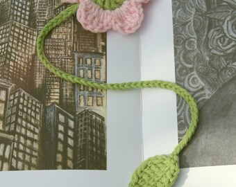 Crochet flower bookmark in pale pink and green cotton. Pink flower bookmark. Crochet page marker. Gift for book lover. Book accessory