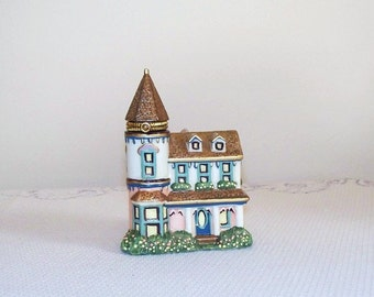 Miniature Porcelain Cottage with Hinged Lid   (1558)