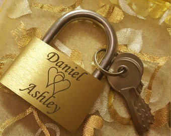 Brass love lock incl. Engraving + Organzasäckchen (lock with names and date, personalized gift, marinated)