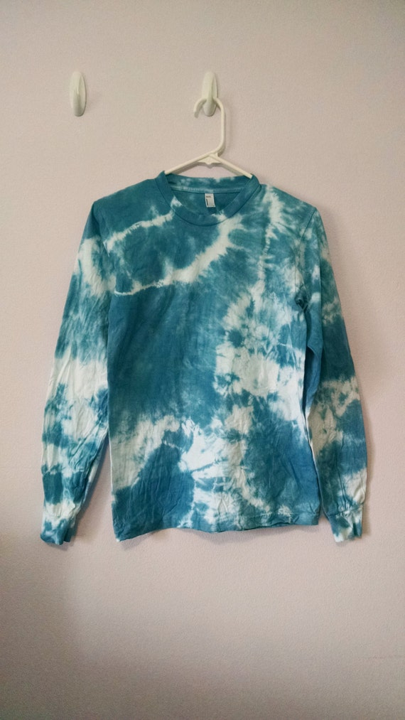 small sleeve blue and white tie dye t shirt