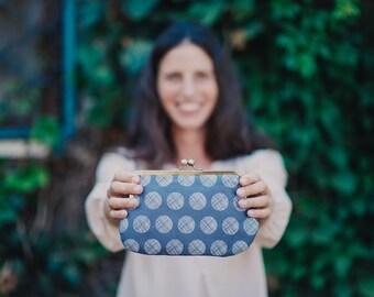 Grey kisslock clutch purse. Clasp purse. Clutch purse. Metal frame purse. Dotted
