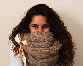 Light brown infinity scarf chunky yarn knit scarf wool women.  Scaldacollo beige scuro in lana con applicazione di fiocco in raso.
