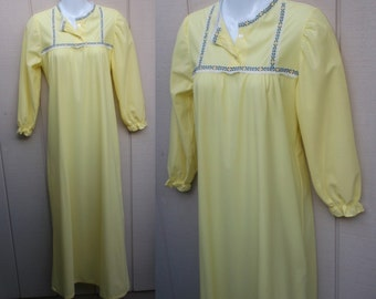 Vintage 60s Flannel Nightgown / Granny style maxi long length // Size S