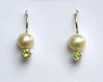 Pearl Drop Ear w-Stone (Peridot)