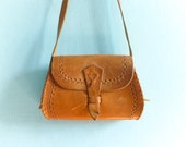 Vintage 70s leather purse bag / crossbody / shoulder bag / caramel tan tanned brown leather hand tooled / hippie boho folk
