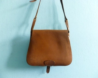 Vintage saddle bag purse / messenger / shoulderbag / crossbody / caramel brown leather / thick / 1970s 70s