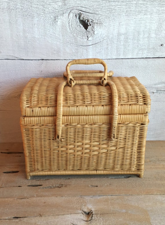 Wicker Baskets With Handles And Lid : Reserved wicker picnic basket with lid and handles