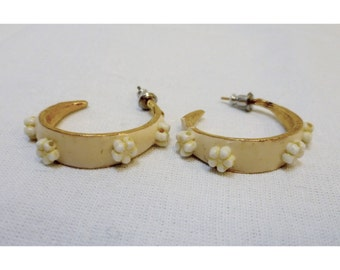 Vintage 1970s Ivory and White Daisy Hoop Pierced Earrings