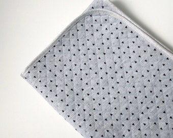 Grey quilted baby blanket with black triangle print