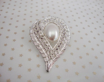 Vintage Silver Tone Faux Pearl Detailed Paisley Brooch //80s// //Glam//
