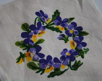Design Gocken Jobs Sweden little doily with a wreath of flowers, violets, retro / mid century scandinavian linen