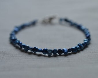 Tiny freshwater pearl bracelet - blue