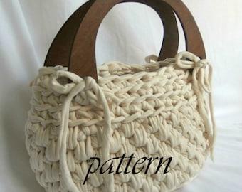 Crochet pattern t shirt yarn handbag with wooden handles.