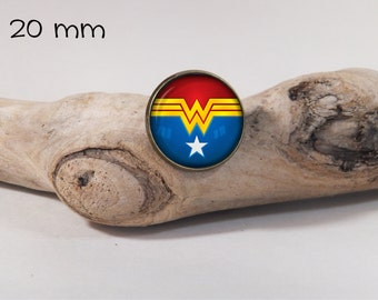 WONDER WOMAN pin 20 mm diam. Glass dome on pin