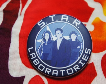 Badge / Pin 'STAR LABS' - The FLASH / Cisco Ramone / Caitlin Snow / Dr. Harrison Wells