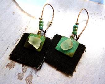 Earrings green patinated brass of gray fabric black and polished glass