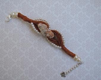 Linen bracelet with shell
