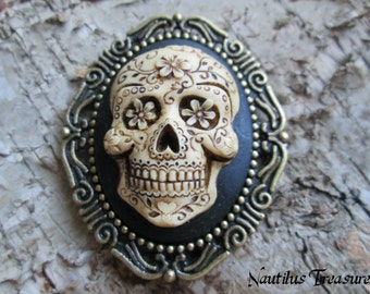 Sugar Skull Skeleton in antique look Pendant or Brooch, Sugar skull skeleton resin cameo, Gothic, Vintage, Steampunk, Antique brass setting