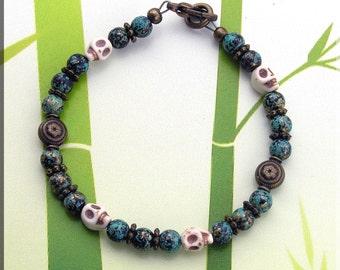 """Men's or Women's beaded bracelet. Tribal look. 6mm Skulls & beads Length 7 3/4"""""""