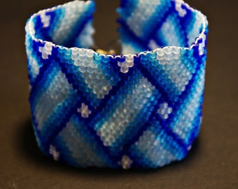 Bracelet with geometrical drawing in blue