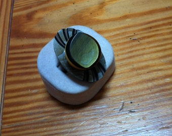 Adjustable bakelite button ring