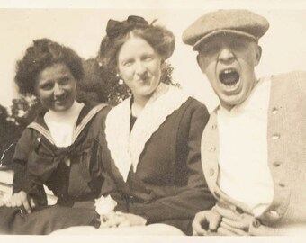 vintage photo 11906 Young Man Shout & Young Ladies Cleveland OH Open Mouth Unusual