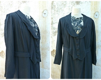 Vintage 1940  black crepe  middle lenght dress  adorned with printed black and white plastron / timeworn /size M/L