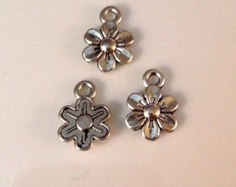 25 Antique Silver Daisy Flower Charms Double sides and Great Detail - SC75#GR*