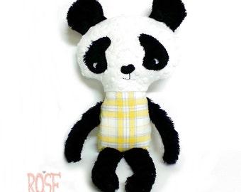 Toutou panda avec bédaine à carreaux jaunes et bleus