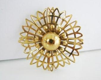 Vintage 60s Coro pretty brassy gold flower brooch (I6)