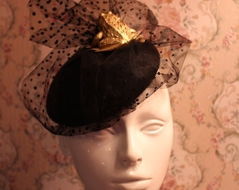 Vintage style 40's beret hat with a golden toad eating the veiling. Perfect for Halloween
