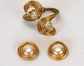 1960s MOD cuff bracelet and earrings sculpted wire and faux pearls
