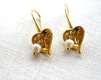 Summer Outdoors Heart of Gold White Pearl Earrings Calla Lilly Wedding Earrings Gold Dangle Earrings Elegant Anniversary Gift for her