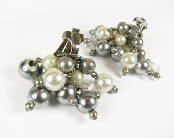 Vintage Cluster Earrings, Faux Pearl Clip Ons, Ivory Gray / Vintage Wedding Jewelry - Boucles d'Oreilles Strass.