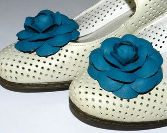 Leather flower Camelia shoe clips, genuine leather flower shoe clips - greenish-blue!