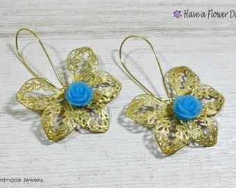 Gold filigree flower earrings. Boho jewels. Gypsy earrings. Resin flower earrings. Hippie earrings. Long earrings. For her. HIDRA.