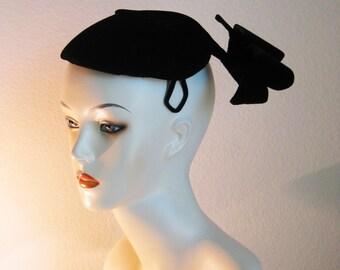 Sculptural Black Velvet Hat - Close Hat Mid century