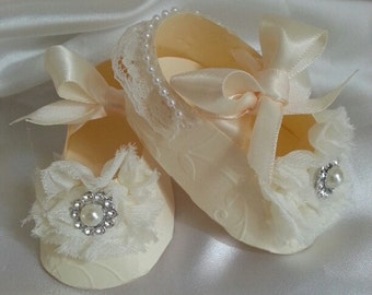 Set Of Ten Elegant Cream Shoe Favors / Baby Shower Favors / Shower For Baby Girl