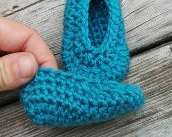 Pantoufles turquoise au crochet pour nouveau -né doux et légers pour l'été petits chaussons faits à la main