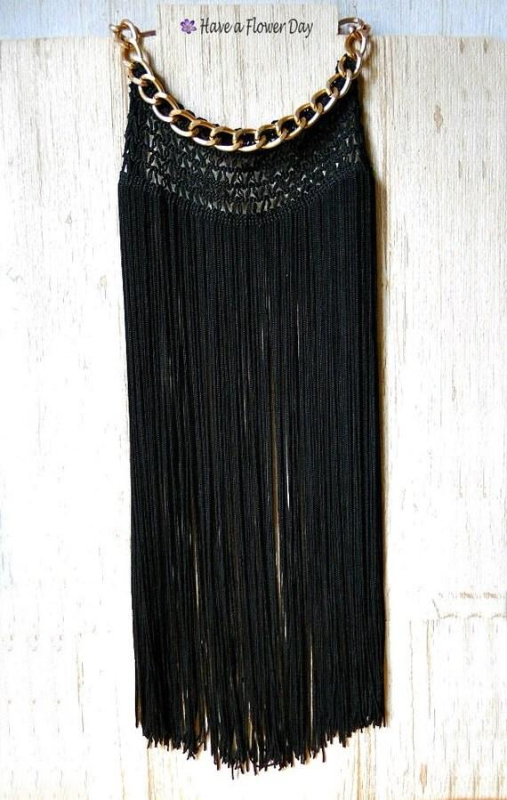 Collar largo con flecos de seda en negro y cadena dorada. Última unidad