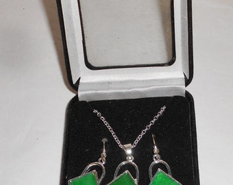 Jewelry set Pendant necklace and pierced dangle earrings vintage 1980s green stones silver tone metal Fashion Jewelry