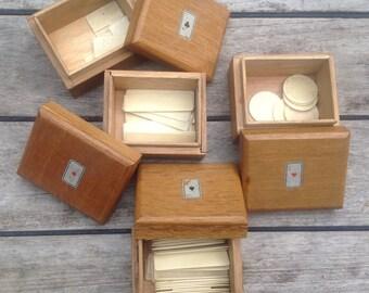 Satz von 4 Boxen aus Holz und Token in os