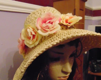 Sun hat with flower detail