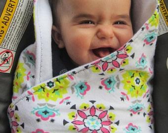 White and floral carseat blanket  - Baby shower gift - Stroller blanket - Fleece - floral design - Flannel